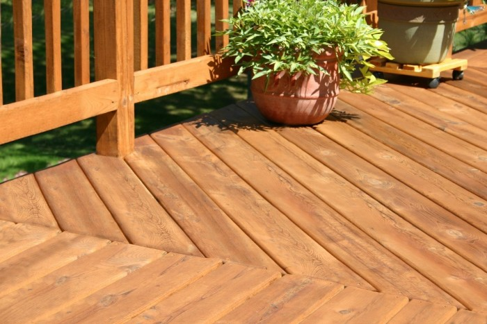 choosing the best decking material with experienced deck contractors